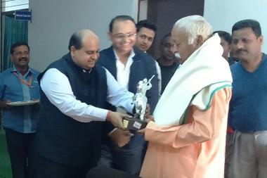 Chairman Pratap University presenting memento to Shri Mohan Bhagwat, RSS Chief