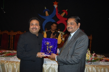 Co-founder Sri Ram Singh Bhadauria giving memento to Former minister & ex chairman IPL Sri Rajiv Shukla