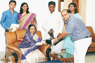 Chairman Pratap University Shailendra Bhadauria giving memento to Former President Smt. Pratibha Patil